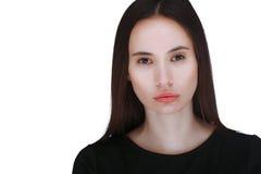 Ritratto di giovane donna sopra priorità bassa bianca Fotografie Stock Libere da Diritti