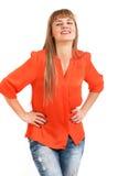 Ritratto di giovane donna sorridente allegra, isolato sopra le sedere bianche Fotografie Stock