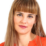 Ritratto di giovane donna sorridente allegra, isolato sopra le sedere bianche Fotografia Stock Libera da Diritti