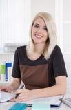 Ritratto di giovane donna sorridente attraente bionda di affari. Fotografia Stock Libera da Diritti