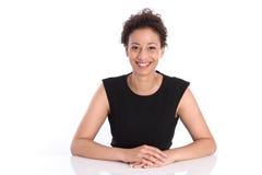 Ritratto di giovane donna sorridente di affari in una camicia nera immagini stock