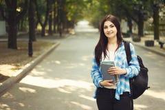 Ritratto di giovane donna sorridente sveglia felice con lo zaino e non Immagini Stock