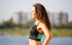 Ritratto di giovane donna sportiva che riposa dopo il trotto Fotografia Stock