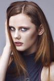Ritratto di giovane donna su priorità bassa bianca Immagini Stock