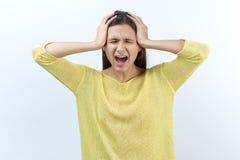 Ritratto di giovane donna sveglia con capelli lunghi emozioni pronunciate fotografia stock libera da diritti