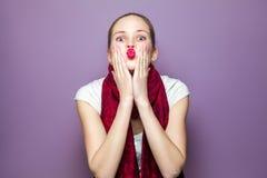Ritratto di giovane donna sveglia con la sciarpa e le lentiggini rosse sul suo bacio di salto e sull'esame del fronte della macch Immagine Stock Libera da Diritti