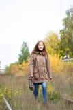 Ritratto di giovane donna sveglia nel parco di autunno di caduta Bella ragazza caucasica che cammina nella foresta Immagini Stock