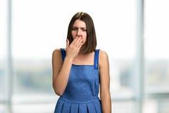 Ritratto di giovane donna di tosse fotografie stock