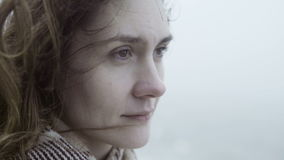 Ritratto di giovane donna triste nel giorno nebbioso che guarda lontano e che sogna I capelli castana della femmina pensierosa on stock footage