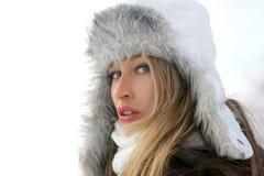Ritratto di giovane donna in un cappello di inverno Immagine Stock