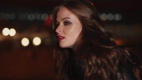 Ritratto di giovane e bella donna che cammina nella sera nella città stock footage