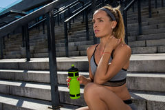 Ritratto di giovane e bello addestramento femminile di forma fisica Motivazione di sport Fotografie Stock