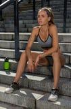 Ritratto di giovane e bello addestramento femminile di forma fisica Motivazione di sport Immagini Stock