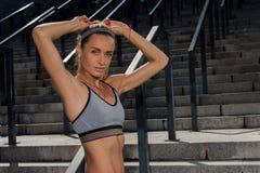 Ritratto di giovane e bello addestramento femminile di forma fisica Motivazione di sport Immagini Stock Libere da Diritti