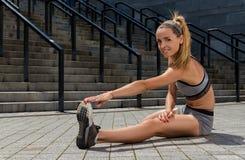 Ritratto di giovane e bello addestramento femminile di forma fisica Motivazione di sport Fotografia Stock Libera da Diritti