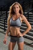 Ritratto di giovane e bello addestramento femminile di forma fisica Motivazione di sport Fotografie Stock Libere da Diritti