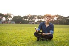 Ritratto di giovane e ragazzo asiatico fresco nella città universitaria Fotografie Stock