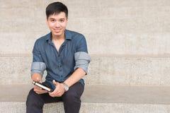 Ritratto di giovane e ragazzo asiatico fresco nella città universitaria Fotografia Stock Libera da Diritti