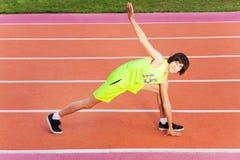 Ritratto di giovane esercitazione dell'atleta all'aperto Fotografia Stock