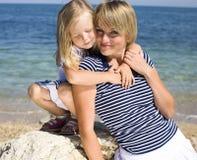 Ritratto di giovane famiglia divertendosi sulla spiaggia, sulla madre e sulla figlia in mare fotografie stock