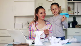 Ritratto di giovane figlia sorridere e della madre che impara fare le figurine di carta archivi video