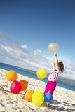 Ritratto di giovane funzionamento felice della ragazza dalla spiaggia di sabbia sul Se Fotografie Stock Libere da Diritti