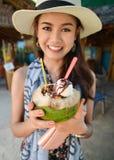 Ritratto di giovane gelato grazioso della noce di cocco della tenuta della donna Fotografia Stock