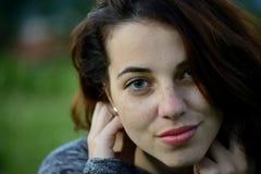 Ritratto di giovane giovane donna freckled con il fondo della montagna Immagine Stock Libera da Diritti
