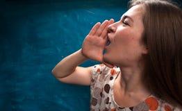 Ritratto di giovane gridare caucasico della donna immagine stock libera da diritti