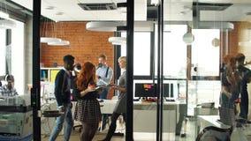 Ritratto di giovane gruppo felice di affari in ufficio moderno Lavoro nell'interno del sottotetto video d archivio
