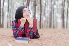 Ritratto di giovane hijab musulmano felice del nero della donna e della camicia scozzese Fotografia Stock Libera da Diritti