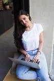 Ritratto di giovane lavoro della studentessa sul suo computer portatile mentre riposando nella caffetteria dopo le conferenze Immagini Stock Libere da Diritti