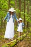 Ritratto di giovane madre caucasica con sua figlia che gioca insieme fotografia stock libera da diritti