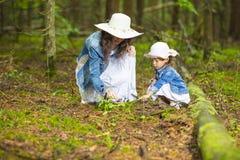 Ritratto di giovane madre caucasica con sua figlia che gioca insieme immagine stock