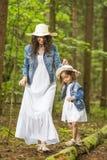 Ritratto di giovane madre caucasica con sua figlia che gioca Tog fotografie stock
