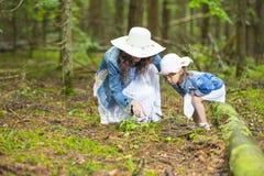 Ritratto di giovane madre caucasica con sua figlia che gioca Tog fotografia stock libera da diritti