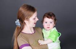 Ritratto di giovane madre felice con il bambino sveglio Fotografia Stock Libera da Diritti