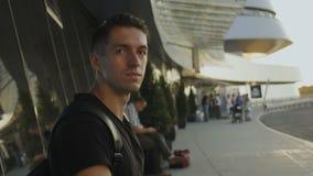 Ritratto di giovane maschio all'aeroporto, all'autostazione o alla stazione ferroviaria video d archivio