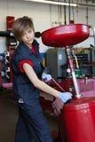 Ritratto di giovane meccanico che lavora con l'apparecchio per saldare in officina Immagini Stock