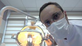 Ritratto di giovane medico che prepara gli strumenti per l'intervento medico stock footage