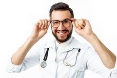 Ritratto di giovane medico, su un fondo bianco, interno in immagini stock libere da diritti