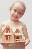 Ritratto di giovane modello della casa della scala della tenuta della bambina Immagine Stock