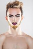 Ritratto di giovane modello gay del cutie con trucco e multi verticali Immagine Stock