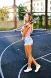 Ritratto di giovane modello sorridente alla moda della ragazza della donna nel brigh Fotografie Stock