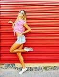 Ritratto di giovane modello sorridente alla moda sexy della ragazza della donna nel brigh Fotografia Stock