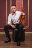 Ritratto di giovane musicista bello che gioca il violino Fotografie Stock