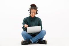 Ritratto di giovane ragazza africana con il computer portatile sopra fondo bianco Immagini Stock Libere da Diritti