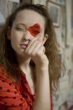 Ritratto di giovane ragazza attraente con cuore fotografie stock