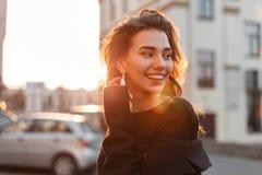 Ritratto di giovane ragazza attraente graziosa felice con un bello sorriso in vestiti neri alla moda fotografie stock