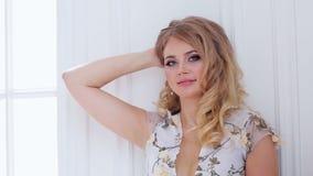 Ritratto di giovane ragazza-bionda in un vestito e nello studio video d archivio